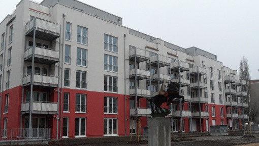 """Wohnanlage in der Greta-GarboStrasse in Pankow-Süd: Innenhof mit Skulptur """"Die Königin"""""""